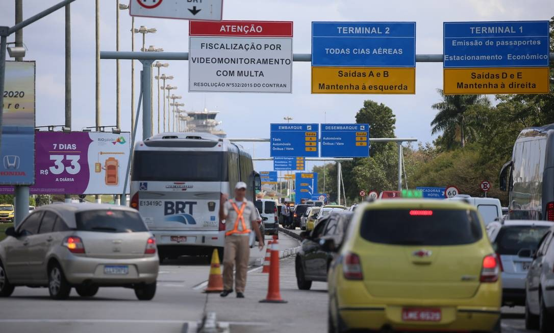 Guarda de trânsito organiza fluxo de veículos na chegada ao Galeão Foto: Fabiano Rocha / Agência O Globo