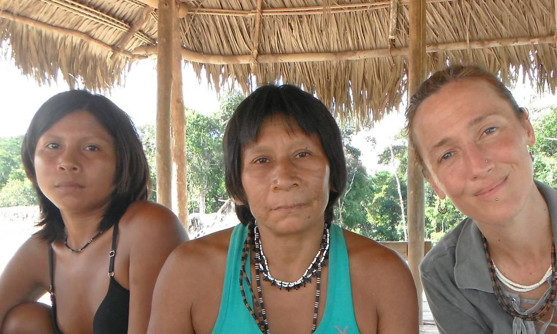 Da esquerda para a direita: Tupa, Kaná Exko e Barbara Arisi, na aldeia Tawaya, no Vale do Javari, Amazonas, em 2014 Foto: Acervo Pessoal