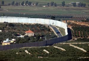 Casas e carros na vila libanesa de Adaisseh, junto ao muro da fronteira com Israel, vistos do kibbutz de Misgav Am, no Norte do Estado judeu: temores de escalada de tensões que leve a conflito como o que deixou mais de 1,3 mil mortos em 2006 Foto: AMIR COHEN/REUTERS