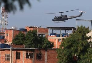 Helicóptero da Polícia Civil sobrevoando comunidade no Rio Foto: Fabiano Rocha / Agência O Globo