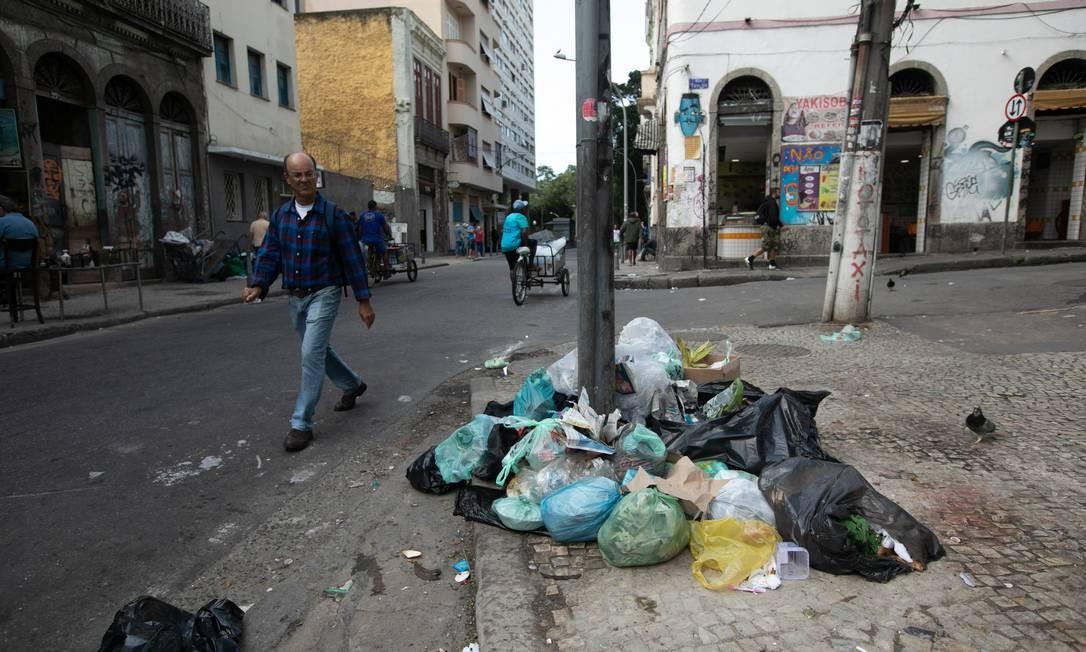 Na Lapa, pilhas de lixo incomodam moradores e comerciantes Foto: Brenno Carvalho / Agência O Globo