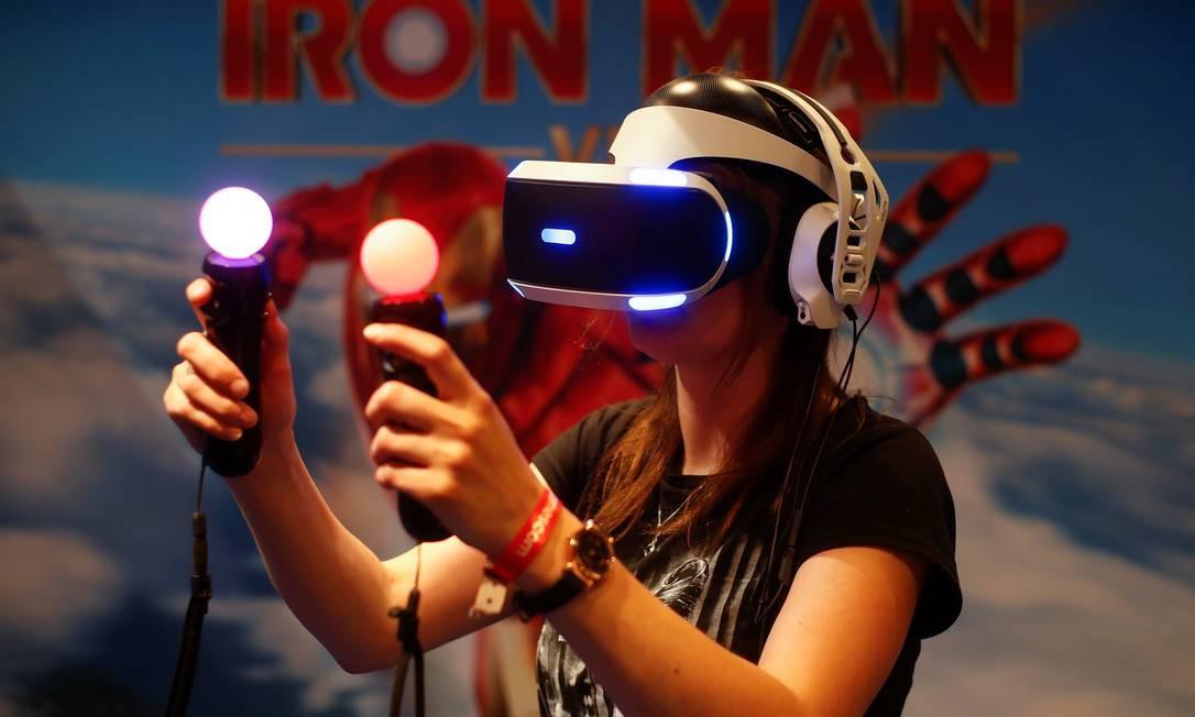 O óculos de realidade virtual do PlayStation também teve o preço reduzido Foto: WOLFGANG RATTAY / REUTERS