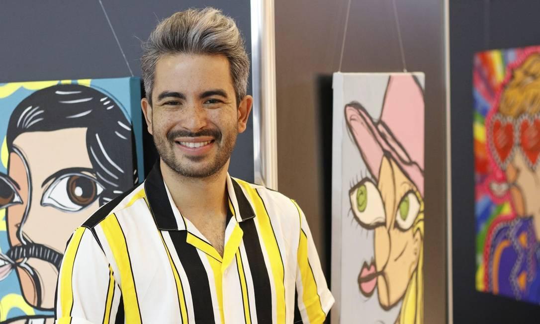 Diego Moura com os retratos de Freddie Mercury e Lady Gaga Foto: Divulgação/Ivo meneghel Júnior