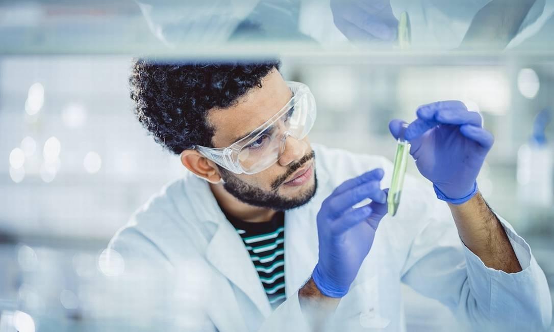 Resultado do trabalho de cientistas, as vacinas não podem ter seu valor diminuído por conta de informações equivocadas Foto: Getty Images