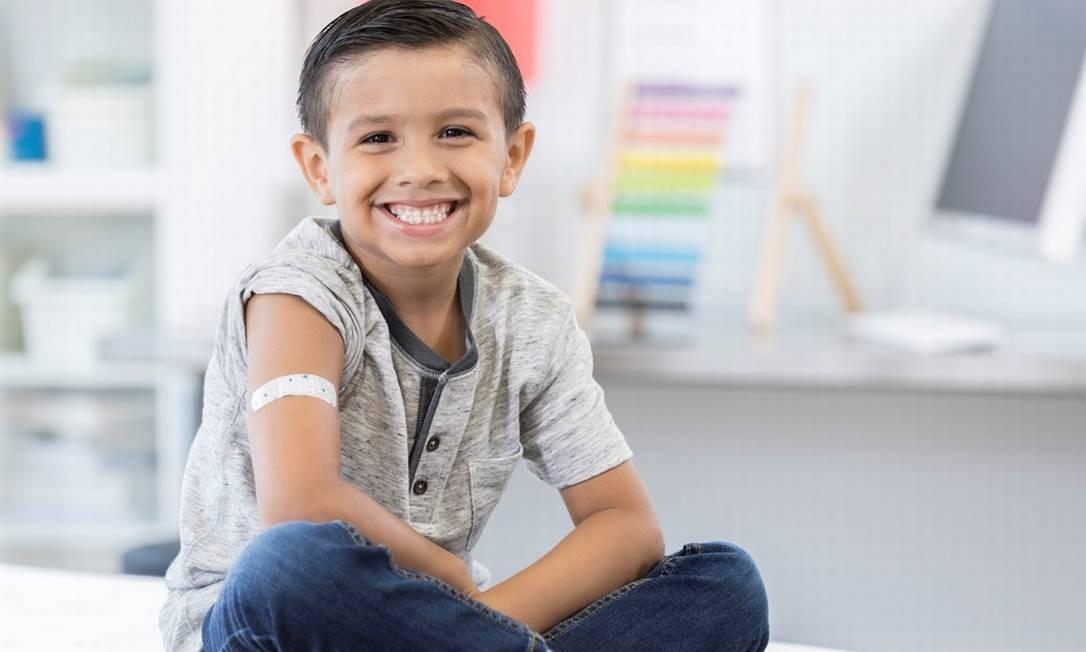 Graças às vacinas, crianças podem crescer sem o risco de contrair doenças como sarampo, caxumba, poliomielite Foto: Getty Images