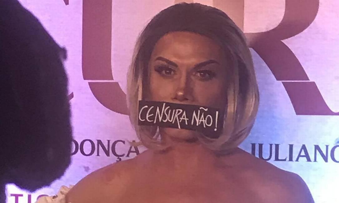 Silvero Pereira protesta em sessão de 'Bacurau' no Rio Foto: Maria Fortuna