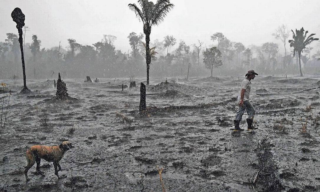 Cinzas. Agricultor caminha em área de queimadana Floresta Amazônica, próxima a Porto Velho (RO); aumento de incêndios na região levou G7 a oferecer ajuda, recusada pelo Brasil Foto: Carl de Souza/AFP