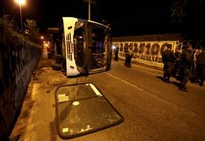Ônibus intermunicipal tombou do viaduto em Deodoro; ainda não há informação sobre feridos Foto: Marcelo Theobald / Agência O Globo