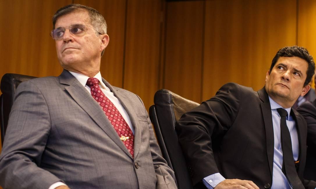 O secretário nacional de Segurança Pública Guilherme Theophilo (à esquerda) e o ministro da Justiça Sergio Moro Foto: Daniel Marenco / Agência O Globo