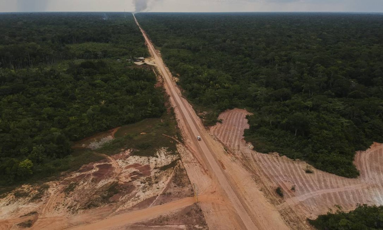 As cidade de Porto Velho (RO) e Manaus (AM) são ligadas por terra pela Rodovia Álvaro Maia (BR-319), também conhecida como Rodovia Manaus–Porto Velho (Região Norte). Com 880 quilômetros, atravessa a floresta amazônica. Trecho desmatado às margens da estrada Foto: Gabriel Monteiro / Agência O Globo