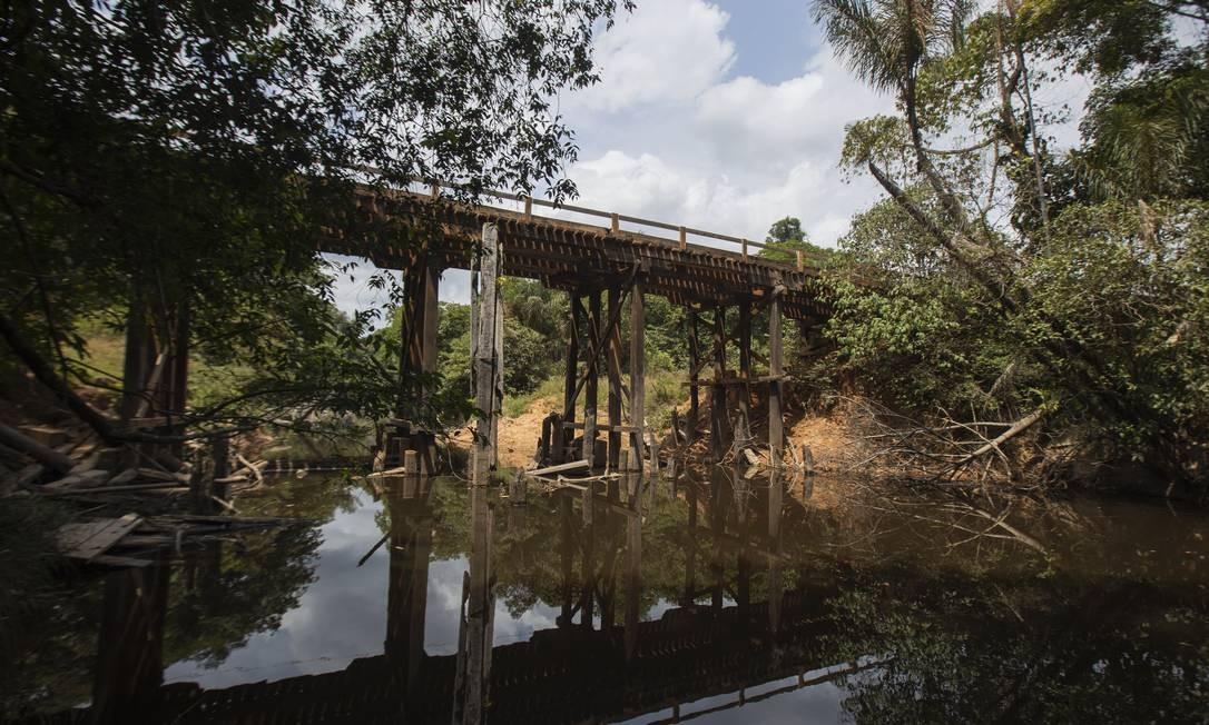 A ponte sobre o rio Piriquiá é de madeira na BR-319 onde passa caminhões carregados de mercadoria e ônibus Foto: Gabriel Monteiro / Agência O Globo