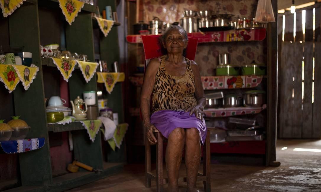 Dona Nilza, moradora da vila Realidade desde 1972, chegou antes da construção da BR-319. A vila fica perto de Humaitá, já no estado do Amazonas, onde tinha escritório do Ibama e do Instituto Chico Mendes de Conservação da Biodiversidade, ICMBio Foto: Gabriel Monteiro / Agência O Globo