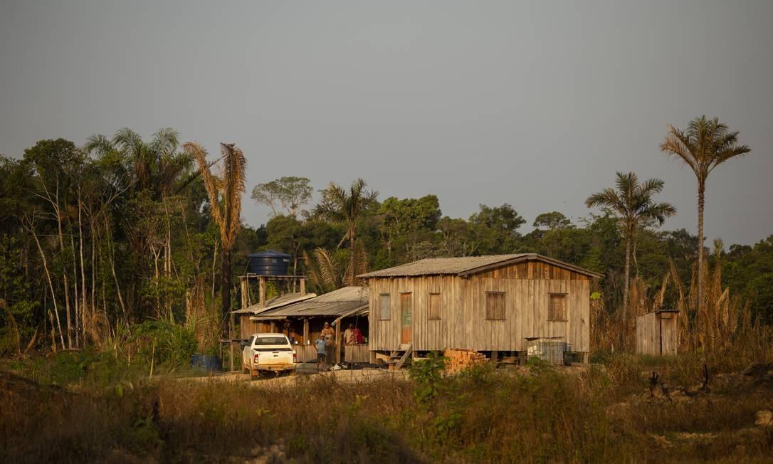 Loteamentos na beira da BR-319, geralmente invaões, contribuem para o desmatamento da floresta e facilitam as queimadas. Os focos de calor registrados pelo Instituto Nacional de Pesquisas (INPE) neste ano na Amazônia estão 150% acima do índice registrado em 2018 e 60% acima da média do período 2011-2018 Foto: Gabriel Monteiro / Agência O Globo