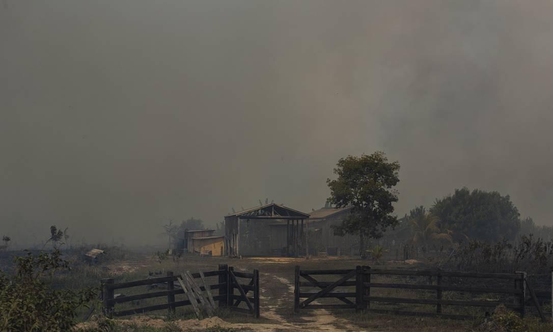 Queimada próximo a BR -319, no estado do Amazonas. A situação piorou depois que madeireiros e garimpeiros atearam fogo, em outubro de 2018, nos equipamentos e escritório do Ibama e ICMBio que ficava em Humaitá Foto: Gabriel Monteiro / Agência O Globo