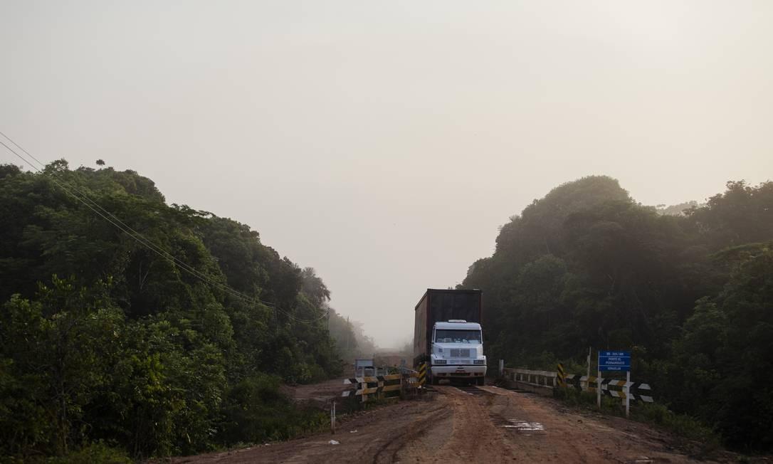 Um caminhão passa por uma das pontes ao longo da rodovia BR-319 Foto: Gabriel Monteiro / Agência O Globo