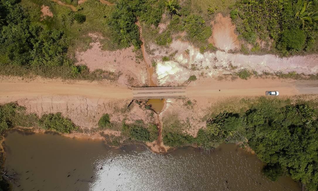 Lago formado por um igarapé, curso d'água ao longo de rio ou canal que entra pela floresta, que virou lago depois da construção da BR-319 Foto: Gabriel Monteiro / Agência O Globo