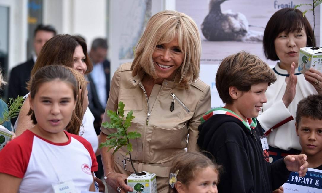 Brigitte Macron, esposa do presidente francês, ao lado de Akie Abe, mulher do premier japonês Shinzo Abe, durante evento com crianças em Biarritz Foto: JULIEN DE ROSA / AFP