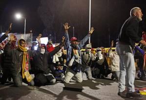 Venezuelanos bloqueiam a ponte da fronteira de Rumichaca enquanto tentam atravessar para o Equador vindo da Colômbia Foto: DANIEL TAPIA / REUTERS