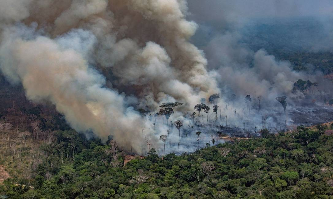 Imagem aérea divulgada pelo Greenpeace mostra fumaça saindo de incêndios florestais no município de Candeias do Jamari, perto de Porto Velho, no estado de Rondônia Foto: VICTOR MORIYAMA / AFP / 24/08/2019