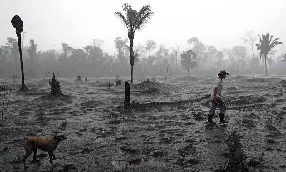 Um agricultor caminha por uma área queimada da floresta amazônica, perto de Porto Velho. Centenas de novos incêndios explodiram na Amazônia nos últimos dias Foto: CARL DE SOUZA / AFP / 26/08/2019