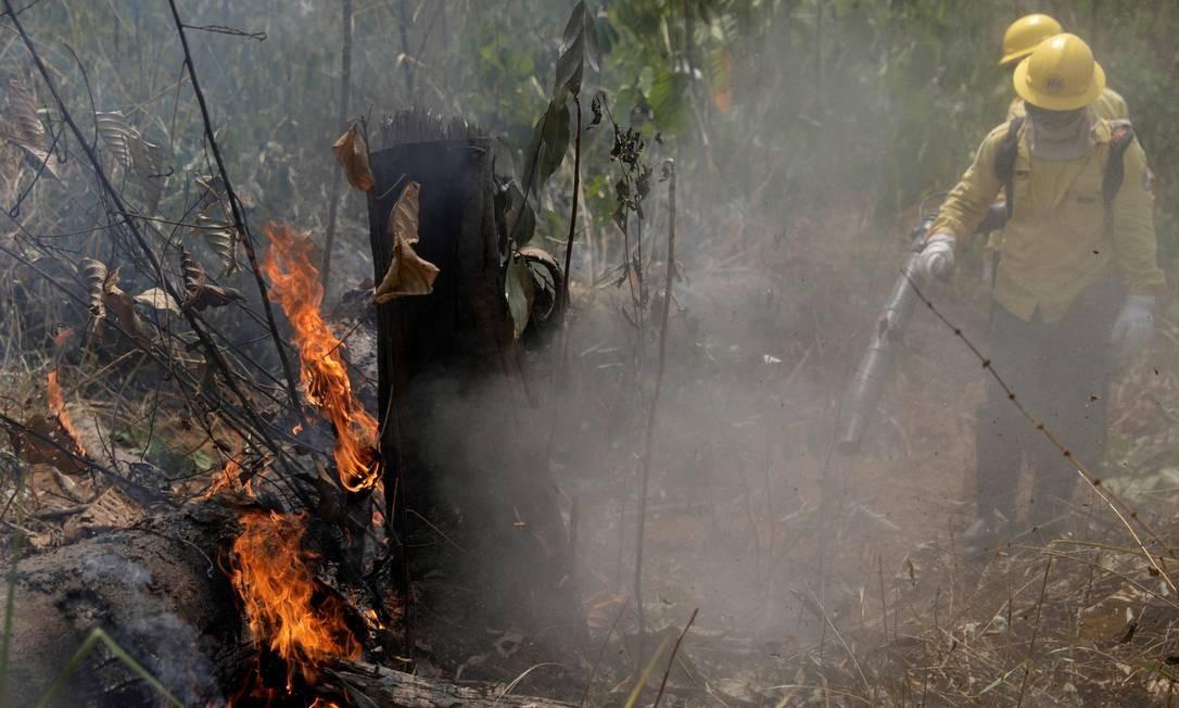 Bombeiros apagam incêndio na floresta amazônica em Porto Velho Foto: RICARDO MORAES / Reuters / 25/08/2019
