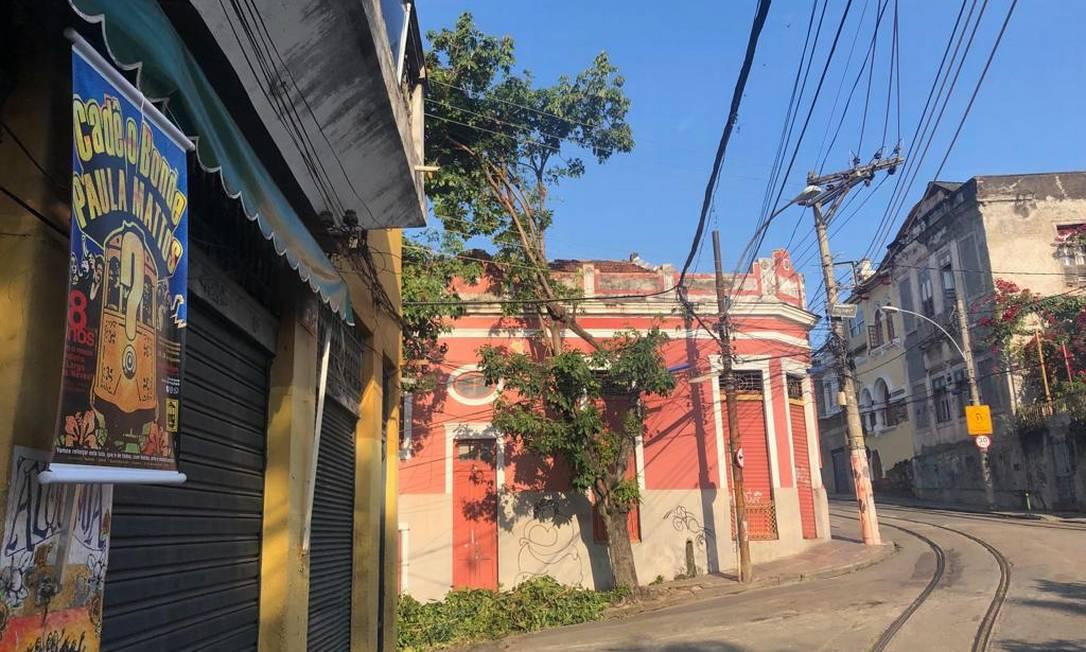 Cartaz pendurado por moradores à beira dos trilhos pergunta: 'Cadê o bonde da Paula Mattos?' Foto: Matheus Maciel