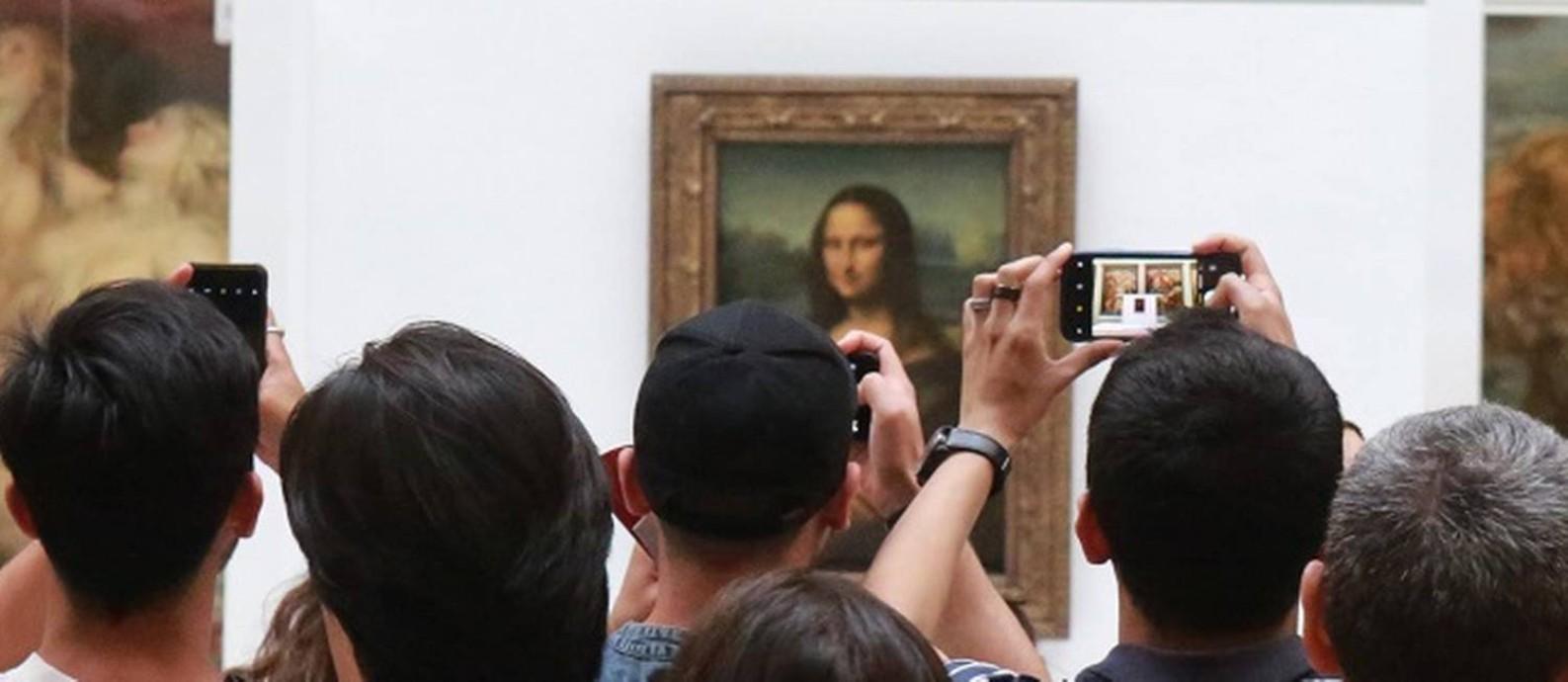 """Visitantes se avolumam em frente ao quadro """"Mona Lisa"""", de Leonardo da Vinci, na Galeria Medici, sala do Museu do Louvre onde a obra está temporariamente Foto: Owen Franken / The New York Times"""