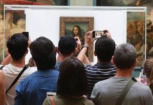Visitantes se avolumam em frente ao quadro