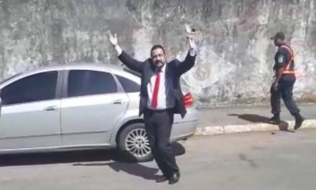 Célio Maciel: rebolada irritou aposentados e professores que estavam em frente à Câmara em busca de ajuda para receber vencimentos atrasados Foto: Reprodução