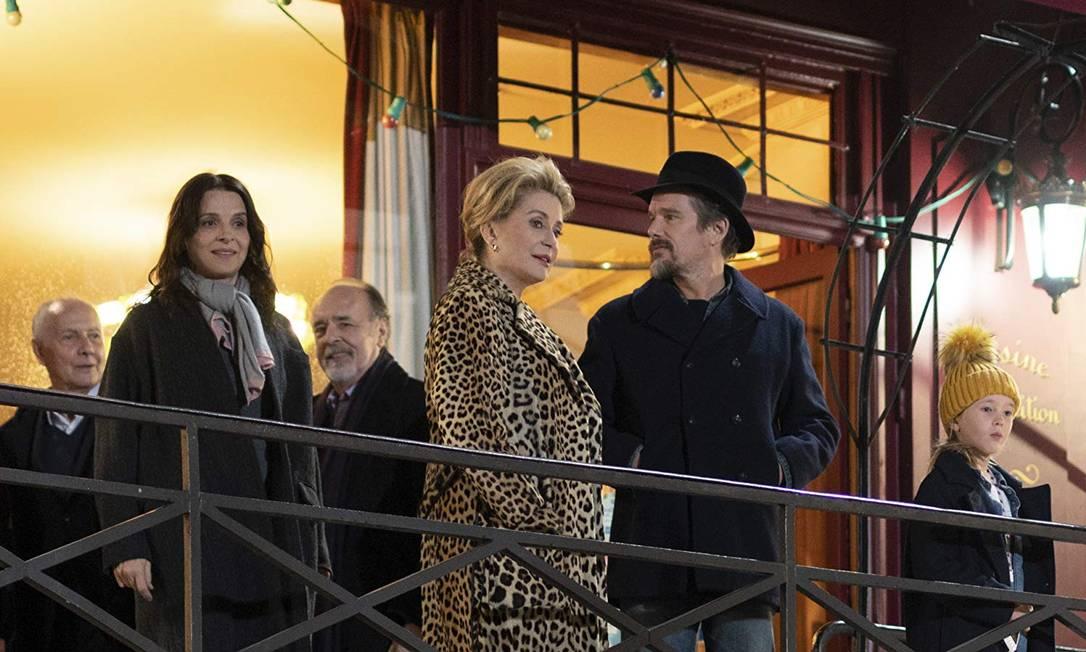 Cena de 'La vérité', filme de Kore-eda com Juliette Binoche, Catherine Deneuve e Ethan Hawke Foto: Divulgação
