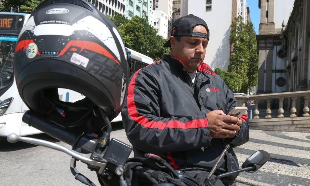 O fotógrafo André Dantas complementa a renda como mototaxista de aplicativo Foto: Pedro Teixeira / Agência O Globo