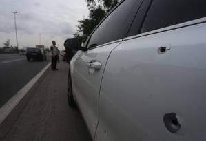 As marcas de tiros no carro onde o casal estava Foto: Fabiano Rocha / Agência O Globo