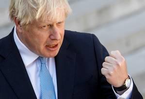 O primeiro-ministro do Reino Unido, Boris Johnson, fala a jornalista após encontro com o presidente francês Emmanuel Macron na semana passada: jorgada arriscada para forçar a mão de uma oposição fragmentada e cautelosa Foto: GEOFFROY VAN DER HASSELT//22-08-2019AFP