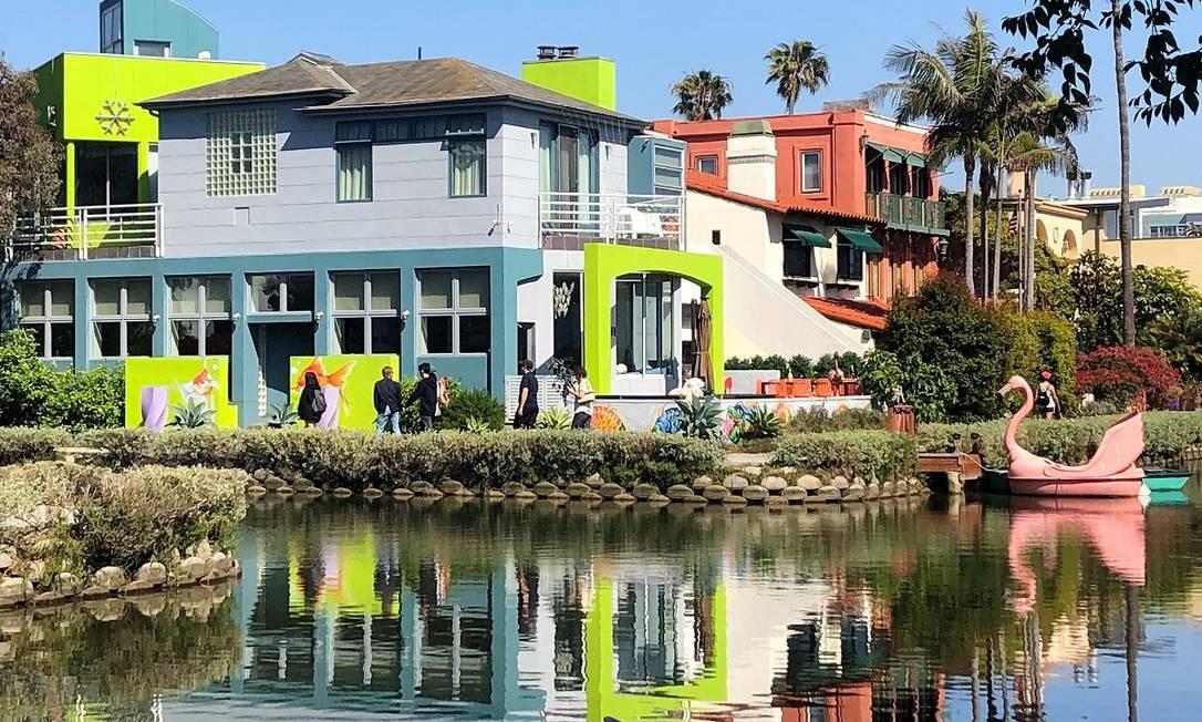 Construções, com direito a barcos e pedalinhos, nos canais de Venice Beach, em Los Angeles Foto: Carla Lencastre