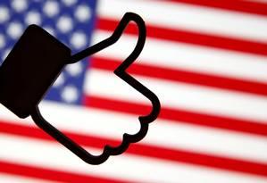 Montagem do símbolo de 'curtir' do Facebook sobre bandeira dos EUA: rede social está de olho no assunto após denúncias de que foi usada pela Rússia para interferir nas eleições americanas de 2016 Foto: Dado Ruvic / REUTERS