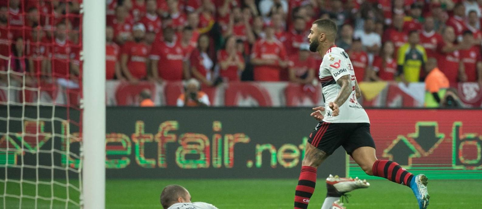 Gabigol corre para comemorar o gol do empate do Flamengo contra o Inter no Beira-Rio Foto: Alexandre Vidal