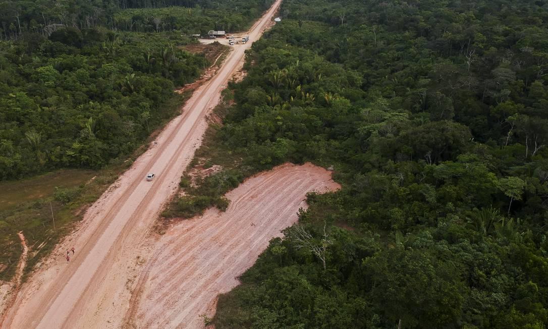 BR-319, que liga Porto Velho a Manaus: desmatamento à beira da estrada. Foto: Gabriel Monteiro / Agência O Globo