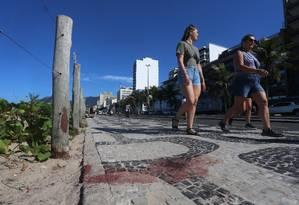 A mancha de sangue no local onde os turistas foram esfaqueados Foto: Fabiano Rocha / Agência O Globo