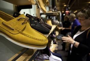 Calçados da Timberland em loja de Nova York Foto: Timothy Fadek / Bloomberg