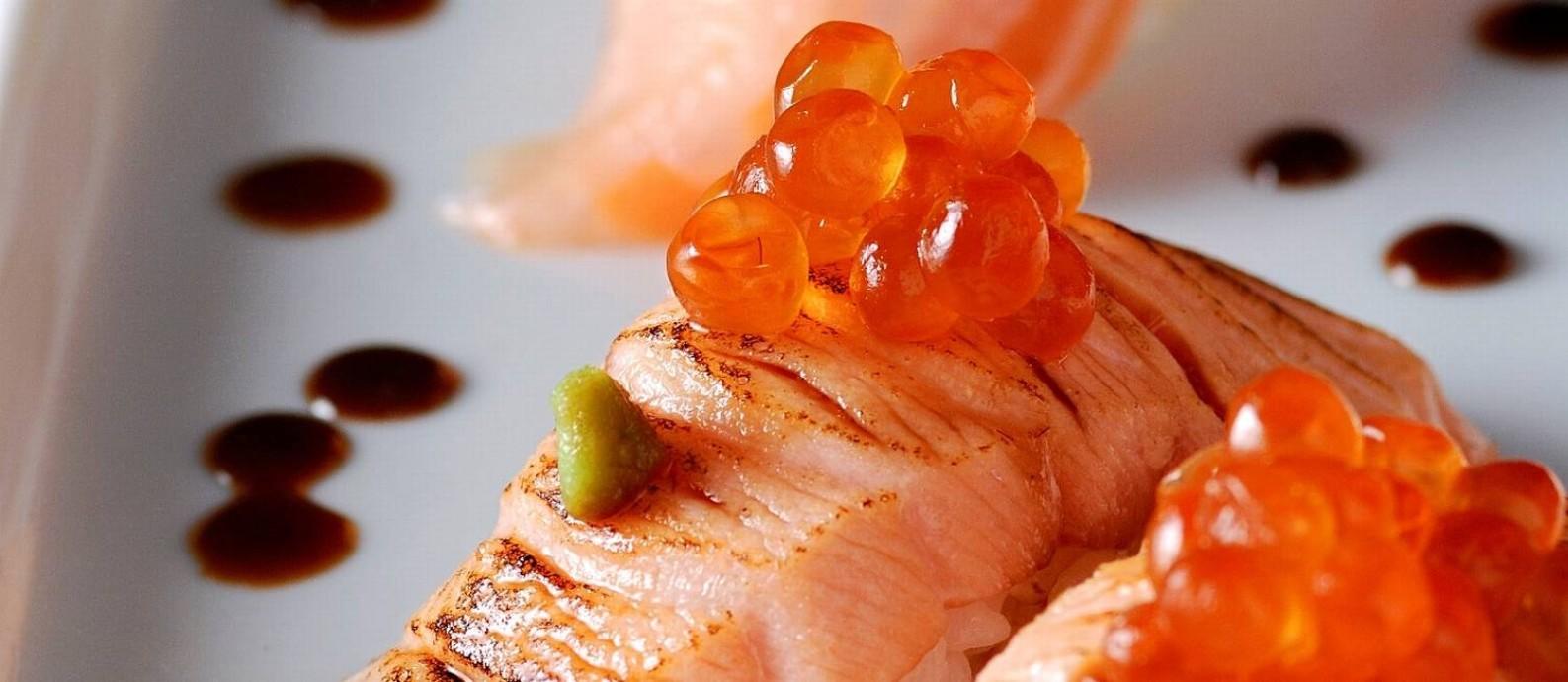Sushi Ten: Menu quase igual ao do Ten Kai, com preços menores. Na foto, salmão brûlée Foto: Alexander Landau / Divulgação