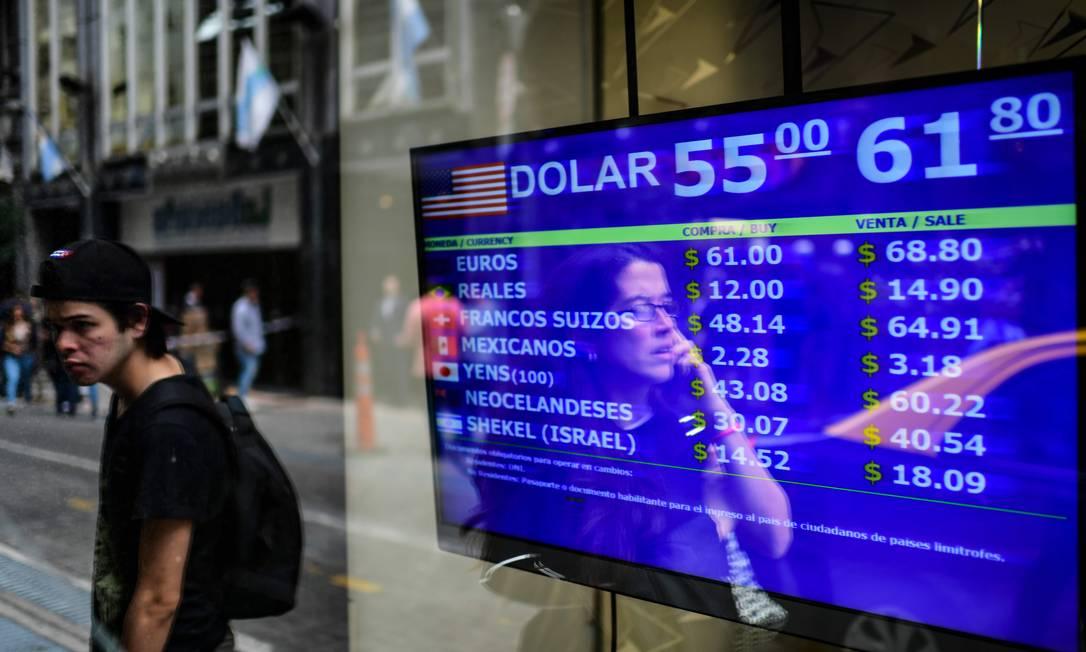 Desvalorização: casa de câmbio mostra os valores para troca de moeda argentina (peso), em agosto de 2019. Nos últimos três anos, o valor do dólar triplicou Foto: RONALDO SCHEMIDT / AFP