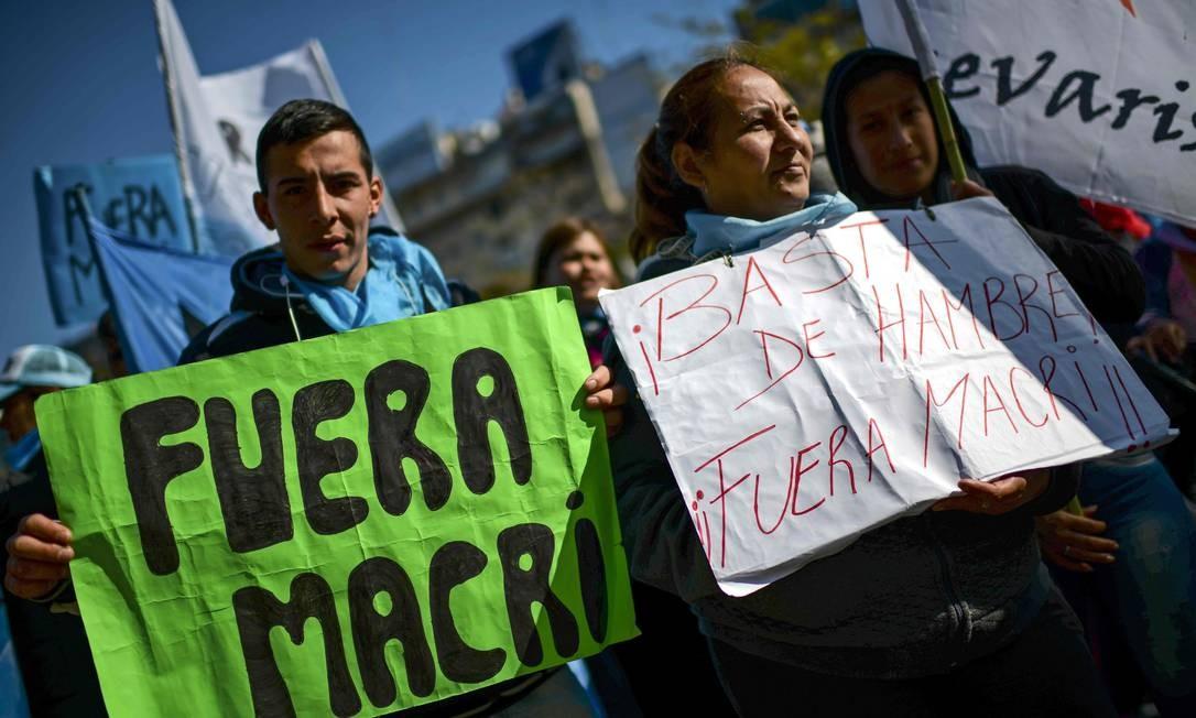 Manifestantes marcham ao longo da avenida 9 de Julio contra as políticas econômicas do governo do presidente argentino Mauricio Macri - 22/08/2019 Foto: RONALDO SCHEMIDT / AFP