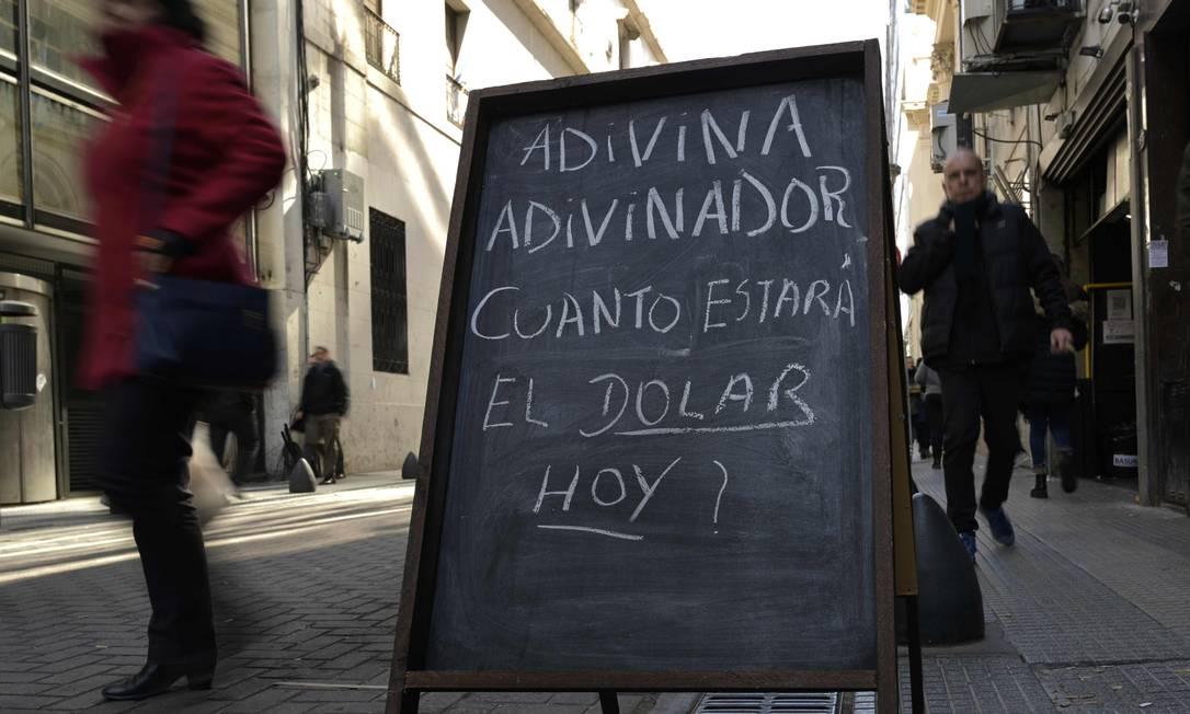 A preocupação com a desvalorização da moeda argentina (peso) no Centro financeiro de Buenos Aires Foto: JUAN MABROMATA / AFP
