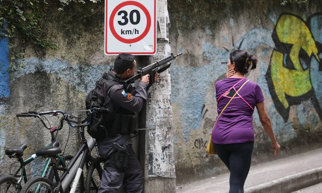 Policial participa de operação no acesso ao Morro Chapéu Mangueira, no Leme, no Rio. 6-12-2018 Foto: Márcio Alves / Agência O Globo