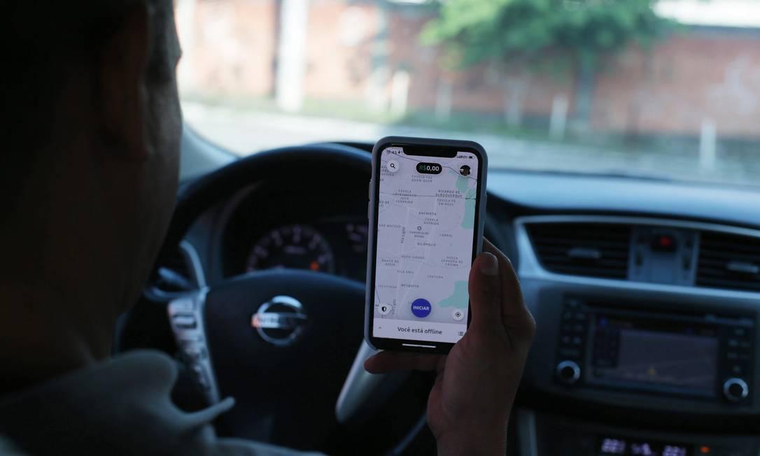 Motorista de Uber dirige pelas ruas do Rio Foto: Cléber Júnior / Agência O Globo