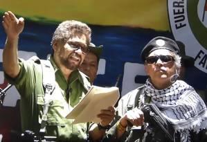 Imagem de vídeo no YouTube divulgado nesta quinta mostra o ex-número 2 das Farc, Ivan Márquez (esquerda) e o colega rebelde Jesus Santrich (direita) anunciando a volta às armas em razão do que chamou de 'traição' do Estado colombiano ao acordo de paz de 2016 Foto: PEDRO UGARTE/AFP