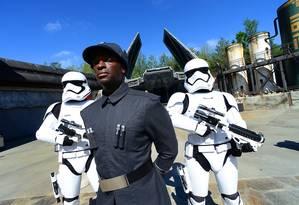 Um oficial da Primeira Ordem e dois Stormtroopers posam no Star Wars: Galaxy's Edge, nova área temática do Walt Disney World, na Flórida Foto: Gerardo Mora / AFP