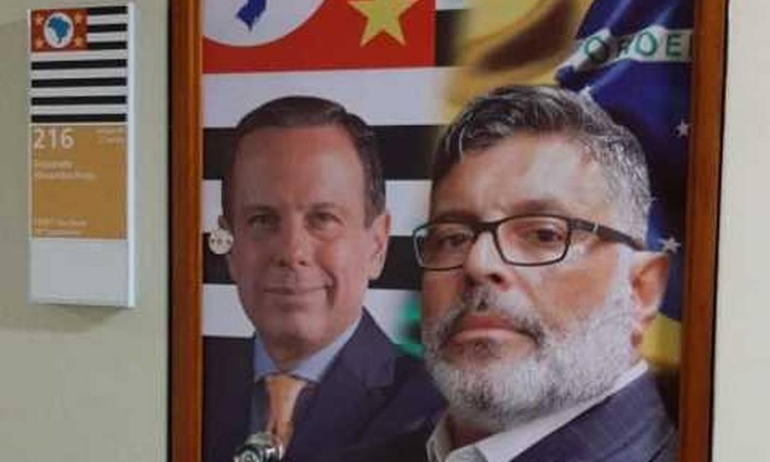 Alexandre Frota estampa foto de João Doria na porta de seu gabinete na Câmara Foto: Victor Farias/Agência O Globo