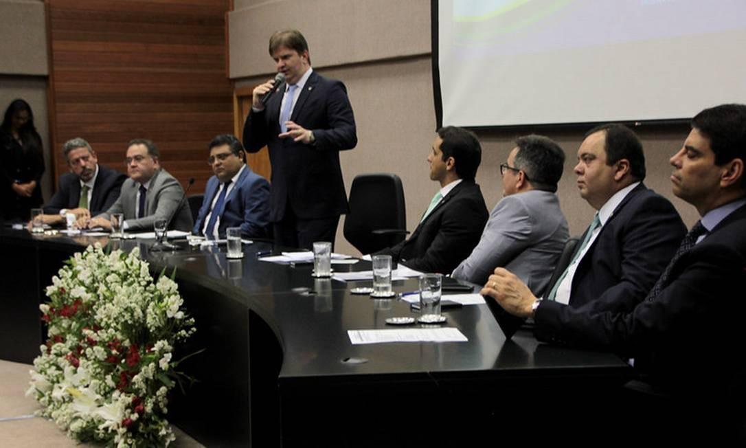 O ministro Gustavo Canuto discursa na cerimônia de posse ao lado de líderes do centrão e do novo presidente da Codevasp Foto: Divulgação/Codevasf