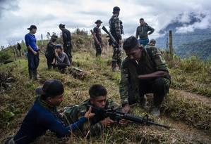 Dois ex-integrantes das Farc instruem novos recrutas a usarem fuzis nas montanhas nos arredores de Medellín em agosto de 2018: entre 8 e 10% dos ex-combatentes não foram incorporados no processo de desmobilização da guerrilha, o equivalente a entre 1.800 e 2 mil pessoas Foto: Federico Rios Escobar/The New York Times/31-08-2018